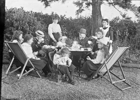 Familia tomando té al fresco circa 1907 National Library of Ireland