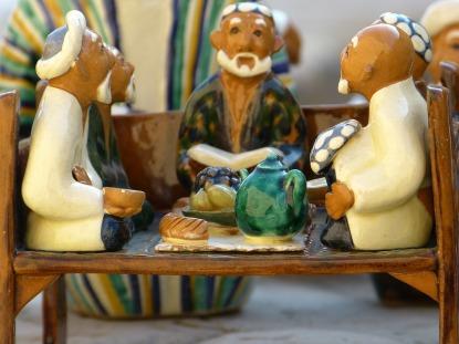 La foto de estas figuras que representan a grupo de hombres en una casa de té es del usuario LoggaWiggler en Pixabay, y  tiene una licencia de dominio público. Pero el trabajo ajeno debe ser reconocido siempre.